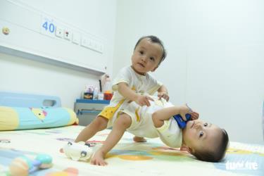 Hai bé song sinh dính liền Trúc Nhi và Diệu Nhi vui đùa trước ngày diễn ra ca đại phẫu thuật.
