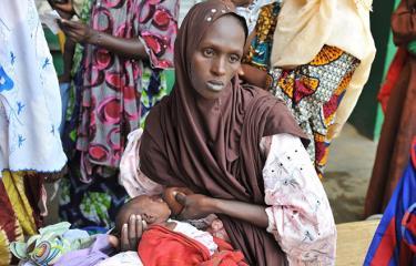 Một bà mẹ mang con bị suy dinh dưỡng tới khám tại bệnh viện ở Gao, Mali.