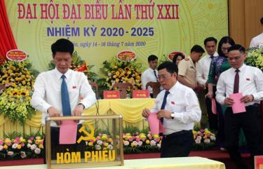 Các đại biểu bỏ phiếu bầu trực tiếp Bí thư Huyện ủy khóa XXII, nhiệm kỳ 2020 - 2025.