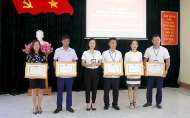 Thừa ủy quyền, Giám đốc Sở VHTT&DL Yên Bái trao tặng danh hiệu Tập thể lao động xuất sắc cho các tập thể.