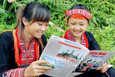 Đồng bào vùng cao nắm bắt thông tin tuyên truyền về công tác xây dựng Đảng trên ấn phẩm của Báo Yên Bái.