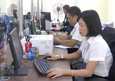 Bộ máy hành chính Nhà nước của tỉnh từng bước tinh gọn, hoạt động hiệu quả hơn qua sắp xếp. (Trong ảnh: Cán bộ Bộ phận Phục vụ hành chính công thành phố Yên Bái giải quyết công việc).