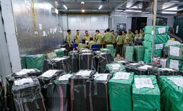 Hàng chục vạn mặt hàng nhập lậu, giả tại Lào Cai được bán công khai trên Facebook.