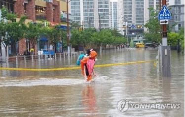 Một con đường bị ngập do mưa lớn ở Busan.