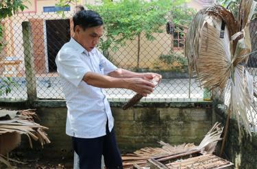 Thương binh Nguyễn Thu Hưởng kiểm tra chất lượng đàn ong.