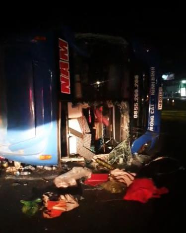 Hiện trường vụ lật xe khách giường nằm trên tuyến quốc lộ 10, đoạn thuộc ngã ba Đọ đêm 27-7.
