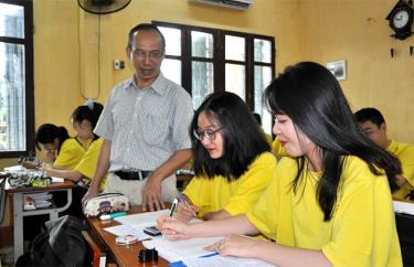 Học sinh khối lớp 12 Trường THPT Nguyễn Huệ tích cực ôn luyện.