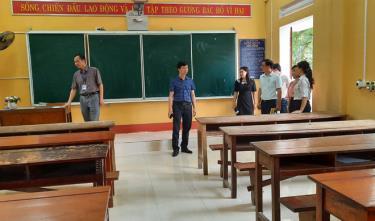Đoàn công tác kiểm tra tại Trường THPT Hoàng Văn Thụ.