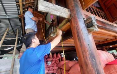 Người dân xã Mường Lai kiểm tra và thay thế dây điện không an toàn.