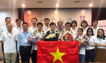 4 thí sinh đoạt Huy chương Vàng Olympic Hóa học quốc tế 2020 chụp ảnh lưu niệm cùng Đoàn học sinh Việt Nam.