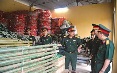 Đại tá Trần Công Ứng - Chỉ huy trưởng Bộ Chỉ huy Quân sự tỉnh (thứ 3 từ trái sang) kiểm tra kho vật chất sẵn sàng ứng phó thiên tai năm 2020.