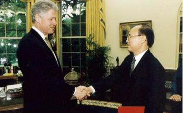 Former Vietnamese Ambassador to the US Le Van Bang in 1997 meets then US President Bill Clinton.