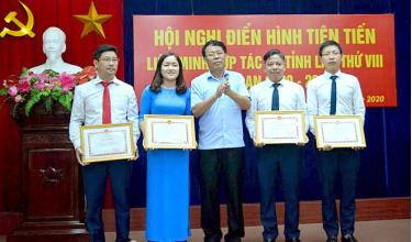Individuals with outstanding contribution to the 'Yen Bai joins hands for new-style rural area building' campaign receive certificates of merit from the provincial People's Committee.