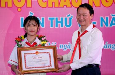 Chairman of the provincial People's Committee Do Duc Duy presents merit certificates to children with outstanding achievements.