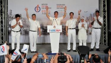 Thủ tướng Lý Hiển Long cùng với nhóm của mình đứng trước người ủng hộ đảng PAP tại sân vận động Toa Payoh, Singapore, ngày 12/9.