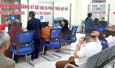 Bộ phận Phục vụ hành chính công thành phố Yên Bái phục vụ các doanh nghiệp, tổ chức, cá nhân thực hiện thủ tục hành chính.