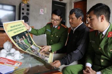 Lực lượng công an xã Báo Đáp, huyện Trấn Yên tuyên truyền, vận động người dân không sử dụng, tàng trữ trái phép vũ khí, vật liệu nổ. (Ảnh: Thanh Chi)