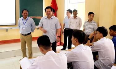 Đồng chí Vương Văn Bằng- Giám đốc Sở Giáo dục và Đào tạo kiểm tra việc ôn luyện cho học sinh khối 12, Trường THPT Lê Quý Đôn, huyện Trấn Yên.