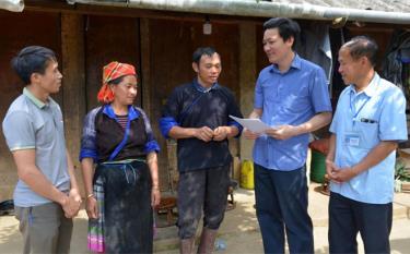 Lãnh đạo Phòng Lao động - Thương binh và Xã hội huyện kiểm tra công tác giảm nghèo tại xã Chế Cu Nha. (Ảnh: Nguyễn Giang)