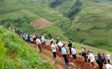 """Cán bộ, công chức, viên chức huyện Mù Cang Chải tham gia """"Ngày cuối tuần cùng dân"""" tại xã Lao Chải."""