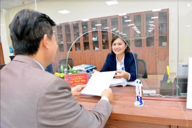 Cán bộ Cục Thuế tỉnh tại Trung tâm Phục vụ hành chính công tỉnh tiếp nhận hồ sơ của người dân.