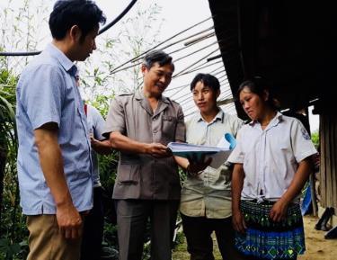 Lãnh đạo Hội Nông dân huyện giám sát công tác chi trả nguồn hỗ trợ cho người dân gặp khó khăn do ảnh hưởng của đại dịch Covid-19 tại xã Dế Xu Phình.