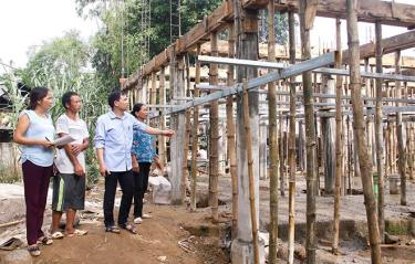Officials of Thanh Luong commune (Van Chan district) inspect a project to eliminate dilapidated houses for poor households in the area.
