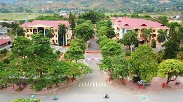 Các trụ sở tại huyện Văn Chấn được trang hoàng lộng lẫy.
