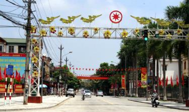 Thị trấn Cổ Phúc được trang hoàng rực rỡ cờ, hoa, băng rôn, sẵn sàng cho ngày hội lớn.