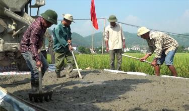 Nhân dân thị trấn Sơn Thịnh tham gia làm đường giao thông nông thôn.
