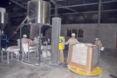 Công nhân Công ty cổ phần Nhựa và Khoáng sản An Phát Yên Bái đẩy mạnh sản xuất 6 tháng cuối năm.