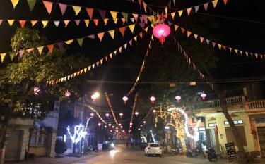 Người dân thành phố Yên Bái trang trí các tuyến đường, ngõ, xóm đón tết Nguyên đán Canh Tý 2020. Ảnh: Thanh Chi