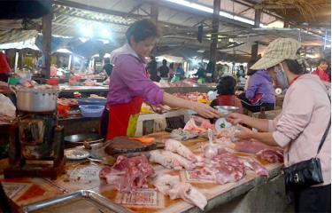 Giá giảm nhẹ, người dân tiếp tục sử dụng thịt lợn trong bữa ăn hàng ngày.