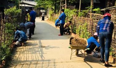 Nhân dân thôn Đêu 1 tham gia vệ sinh đường làng ngõ xóm.