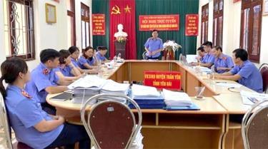 Đoàn kiểm tra Viện Kiểm sát nhân dân tỉnh kiểm tra tại Viện Kiểm sát nhân dân huyện Trấn Yên.