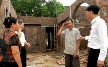 Lãnh đạo xã Báo Đáp, huyện Trấn Yên kiểm tra tiến độ xây nhà ở cho người có công ở thôn Đình Xây.