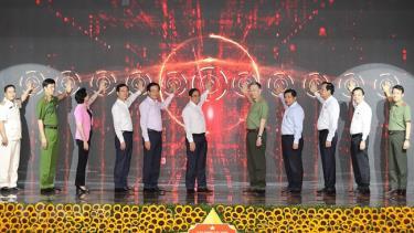Thủ tướng Phạm Minh Chính và các đại biểu tại lễ công bố vận hành chính thức hệ thống trung tâm dữ liệu quốc gia về dân cư và hệ thống sản xuất, cấp, quản lý căn cước công dân