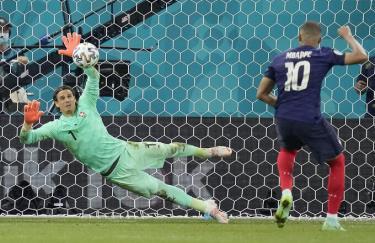 Thủ môn Sommer cản cú đá luân lưu quyết định của Mbappe, giúp Thuỵ Sĩ vượt qua Pháp ở vòng 1/8.