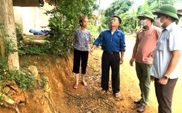 Các đồng chí lãnh đạo xã Khánh Hòa vận động nhân dân hiến đất làm đường giao thông nông thôn, đáp ứng nhu cầu đi lại của nhân dân trong xã.