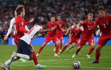 Sterling ngã trong vòng cấm Đan Mạch.