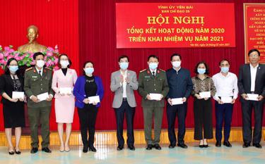 Đồng chí Nguyễn Minh Tuấn - Trưởng Ban Tuyên giáo Tỉnh ủy, Phó trưởng Ban Thường trực Ban Chỉ đạo 35 cấp tỉnh trao thưởng cho các cá nhân có thành tích xuất sắc trong bảo vệ nền tảng tư tưởng của Đảng, đấu tranh, phản bác các quan điểm sai trái, thù địch tỉnh Yên Bái.