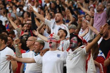 Cổ động viên Anh cổ vũ đội nhà trong trận bán kết EURO 2020 gặp tuyển Đan Mạch trên sân Wembley ở London (Anh) ngày 7/7/2021.