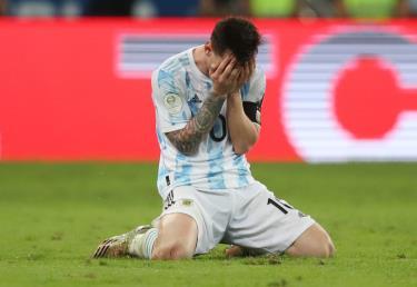 Messi bật khóc sau khi cùng tuyển Argentina vô địch Copa America 2021.