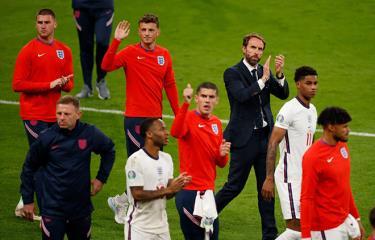 Huấn luyện viên Gareth Southgate và cầu thủ tuyển Anh thất vọng sau khi thua trận chung kết EURO 2020.