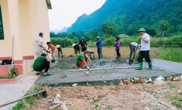 Nhân dân thôn 1, xã Tân Lĩnh bê tông hóa sân nhà văn hóa thôn.