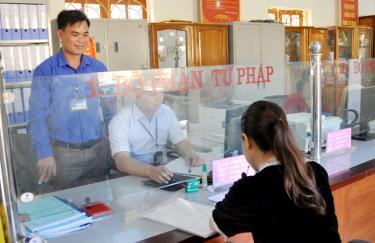 Cán bộ xã Nghĩa Lợi tạo phong cách chu đáo trong giải quyết các thủ tục hành chính cho người dân.