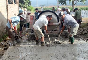Nhân dân thị xã Nghĩa Lộ bê tông hóa đường giao thông nông thôn.