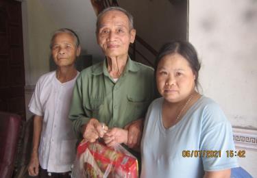 Ông Lương Văn Duy trao quà cho nạn nhân chất độc da cam tại phường Yên Thịnh.