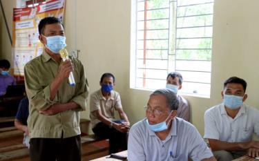 Đảng viên Chi bộ thôn Hơn, xã Thịnh Hưng, huyện Yên Bình  phát biểu ý kiến trong buổi sinh hoạt chi bộ thường kỳ. Ảnh: Thanh Chi.