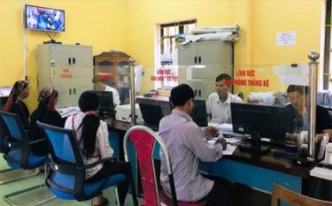 Cán bộ Bộ phận Phục vụ hành chính công phường Trung Tâm, thị xã Nghĩa Lộ giải quyết thủ tục hành chính cho người dân.